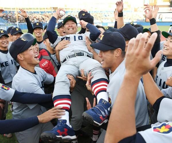 7季ぶり35度目のリーグ優勝を決めて、胴上げされる慶応義塾大・大久保監督。2015年に母校の監督に就任して初の優勝となった
