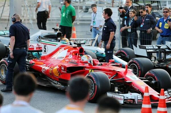 アゼルバイジャンGP、セーフティカー中にハミルトンがブレーキテストを行ったとしてベッテルが激怒。横に並んで側面からもう一度接触してしまった