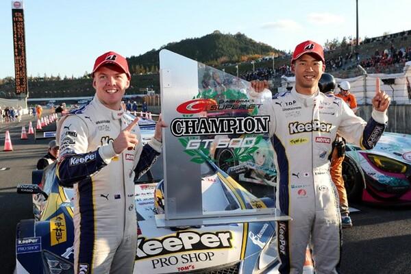 GT500クラスを制した平川亮(右)とニック・キャシディ