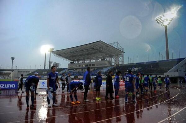ホームで敗れて肩を落とす徳島の選手たち。今季は最終節までプレーオフ争いを続けた