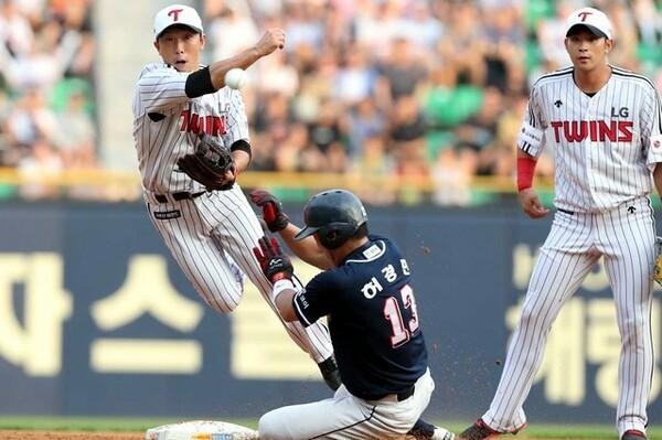 韓国プロ野球・LGツインズ時代にはゲーム終盤の守備固めや代走で活躍した荒木(写真左)