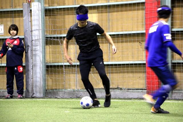 見えないボールに苦戦しながらも、懸命なドリブルでゴールを目指していた