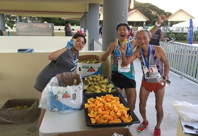 グアムランの大先輩:生田さんと、バナナで乾杯! 生田さんとは、2010年以降、毎年グアムでお会いするラン仲間。次回は、18年4月のユナイテッド・グアムマラソンでお会いする予定です。