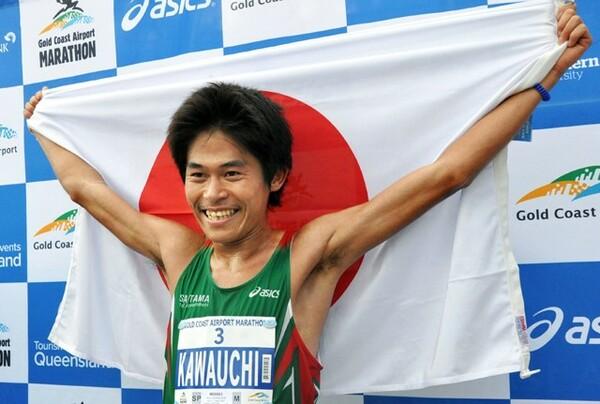「日本代表は五輪や世界選手権しかないと思っていた」という川内だが、海外マラソンに勝って日の丸を掲げると、「いいな、国際大会だ!」と感じるのだという。写真は優勝した2013年ゴールドコーストマラソンのもの