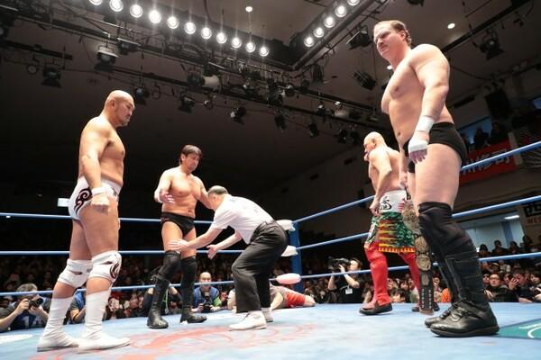 秋山(左)と大森(左から2番目)というデビュー25周年を迎えた2人がタッグ王者として君臨している