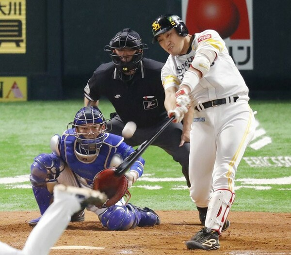 日本シリーズ第6戦の9回、レフトのホームランテラスへ起死回生の同点ホームランを放ったソフトバンクの内川