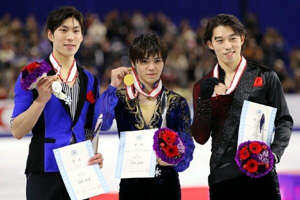 全日本選手権の表彰式でメダルを手にする2位・田中刑事、優勝した宇野昌磨、3位・無良崇人(左から)
