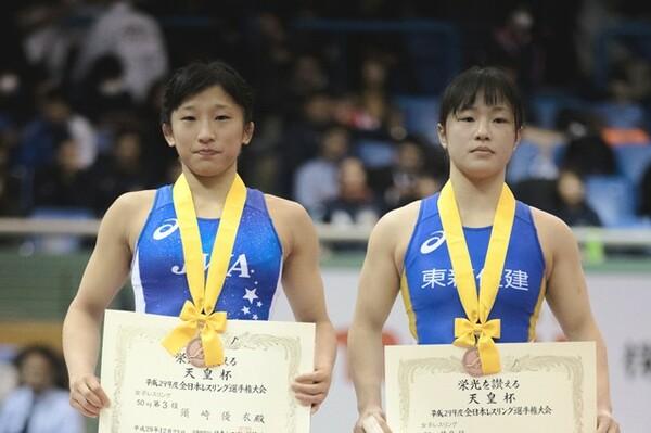 決勝を争うとを目された須崎(左)と登坂の胸には銅メダルがかけられることになった