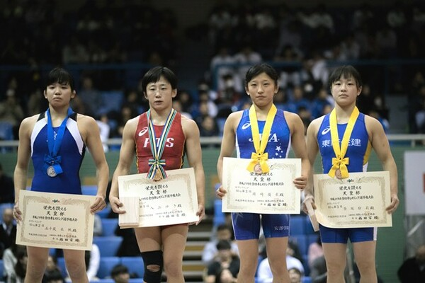 決勝で敗れ涙した五十嵐(左端)と、大会を制した入江(左から2番目)