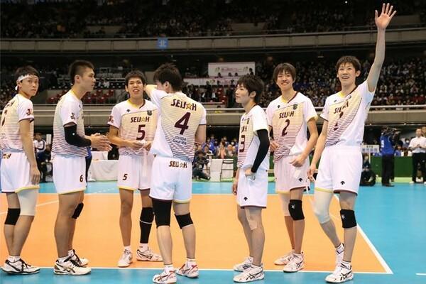 最後は石川祐希(右)のバックアタックが決まり、星城が前人未到の6冠を達成した
