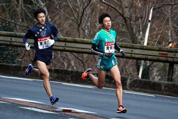 逃げる東洋大・今西をとらえた青山学院大の小野田(右)
