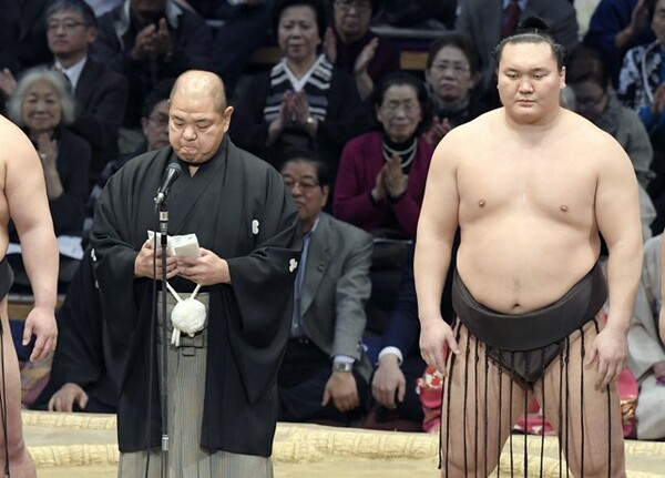 11月場所千秋楽で騒動を謝罪する八角理事長(左)と白鵬