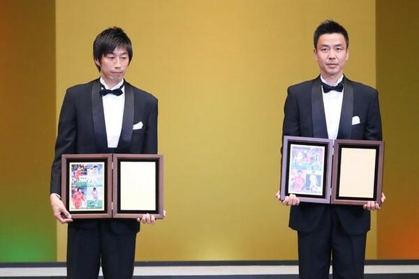 市川(左)は17年に功労選手賞を受賞。どんな第2の人生を過ごすのか