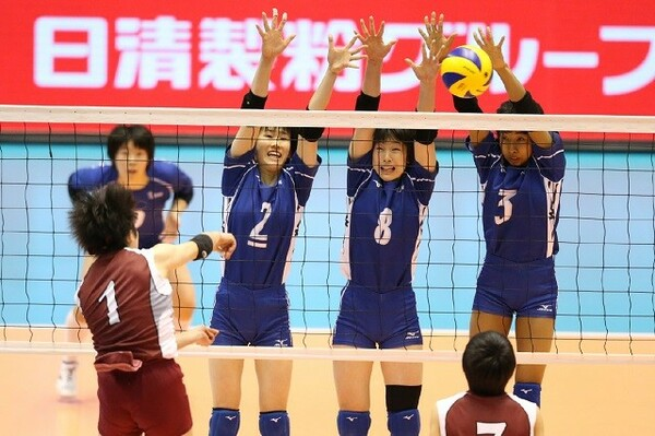 下北沢成徳のエース石川(1)には3人がブロックで対応。準決勝はまさに「会心の勝利」だった