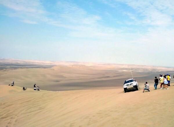 はるか遠くまで広がる砂の海、ペルーの砂漠が選手に立ちはだかった。歩くと脚が埋まるほど柔らかい