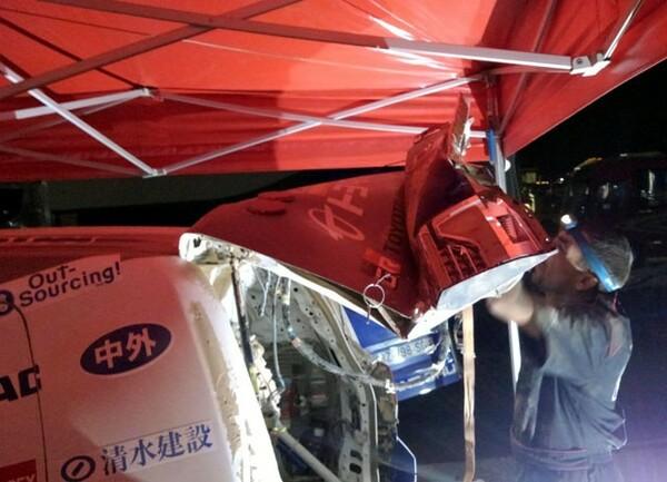 くの字に曲がったリアハッチ。トラックの追突による衝撃の強さが見て取れる。三浦ら乗員は無事だった
