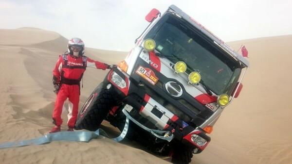 日野の1号車は砂にはまり、身動きがとれなくなった