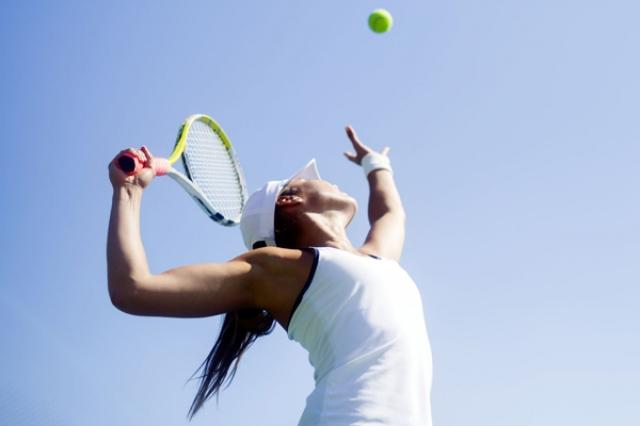ヒジだけ意識で脱ダブルフォルト テニスが変わる基礎レッスン