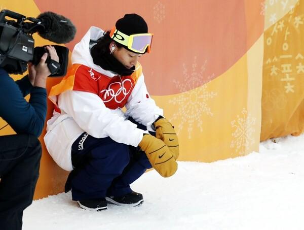 金メダルがその手からすり抜けた瞬間、平野はそっと座り込んだ