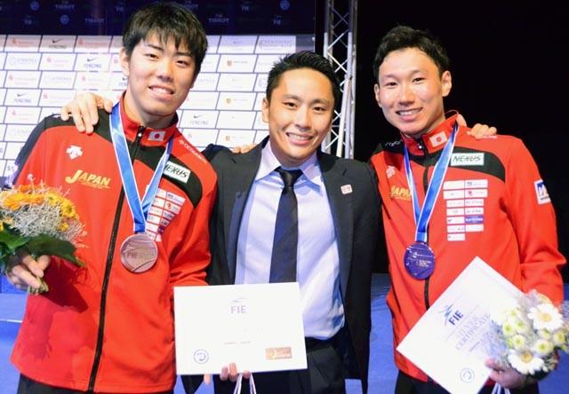 昨年の世界選手権で太田雄貴(中央)以来の銀メダルを獲得した西藤(右)。左は銅メダルの敷根崇裕