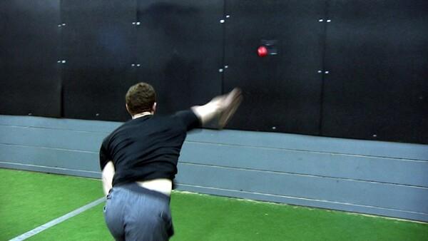 専門家の指導の下、それぞれのボールを使ってピッチングを行う