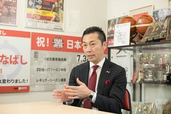 受賞インタビューに応える千葉ジェッツふなばしの島田慎二代表取締役社長
