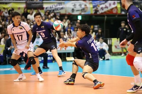福澤(中央)は「全員で勝ち星を取ろうという気持ち」が今年の強さだと語る