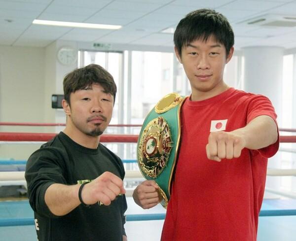 同じジムの清水(右)が黄レンジャー、井上尚弥が赤レンジャーなら、自分は緑レンジャーと評す