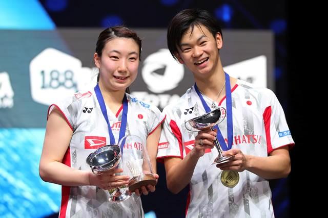 伝統の全英オープン混合ダブルスで優勝した渡辺勇大(右)、東野有紗組。東京都出身の渡辺は、ダブルス2種目で五輪を目指す