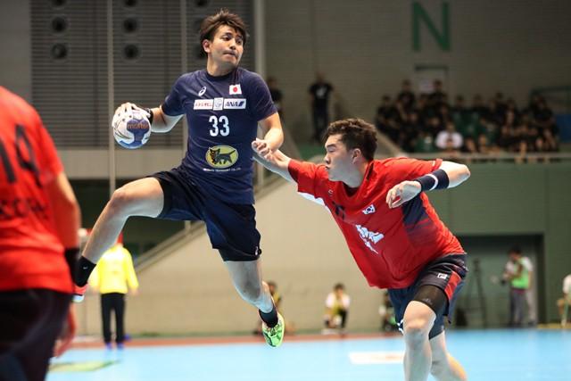 高いレベルの海外でプレーすることについて「レベルアップのための一番手っ取り早い方法」と東江(左)は言う