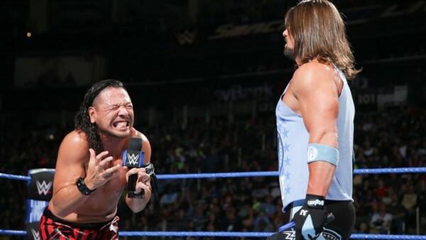 WWE王者のAJスタイルズ(右)に関しては、米国で実力を発揮していると評価