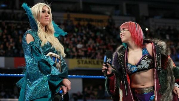 シャーロット(左)との戦いは、WWE女子「テッペン」対決となる