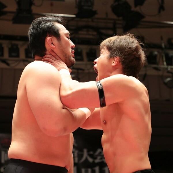 橋本和樹(右)は前ストロング王者・鈴木(左)と激しくやり合うも勝利できず4強に進めず