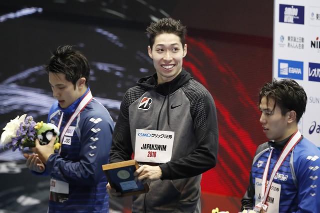 落胆のスタートから持ち直し、萩野公介(中央)は2種目を制覇した