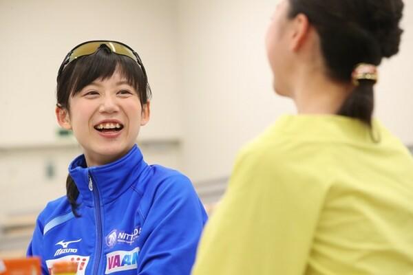 新体操は「人間業じゃない!」と高木。久しぶりの再会に笑顔を見せる