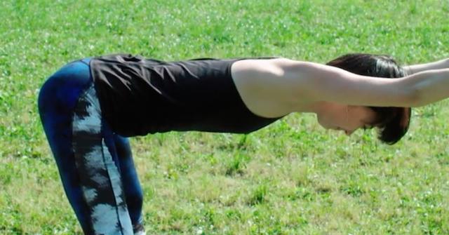 体勢キープで効果アップ!体幹と背中を引き締めるヨガ
