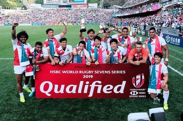コアチーム昇格大会で優勝した日本代表。中央で右手に優勝カップを掲げているのが小澤大