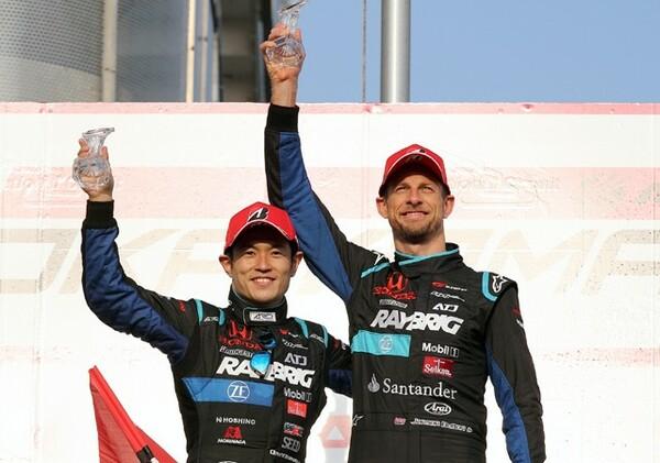 開幕戦で早くも2位で表彰台に上がったバトン(右)と山本尚貴