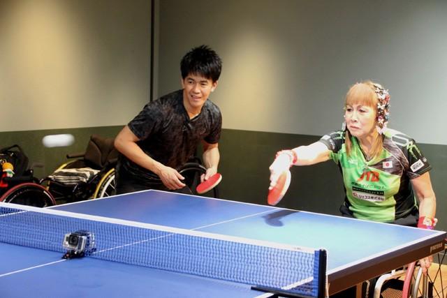 パラ卓球のレジェンド、別所キミヱ選手と組んでダブルスにもチャレンジ。別所選手のペースに翻ろうされていた