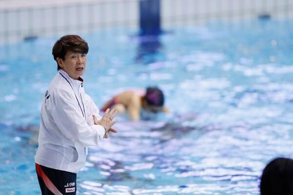 「下手な子を上手にするのが私の仕事」と語る井村コーチ。技術面で課題がある大型選手をどこまで鍛え上げることができるか