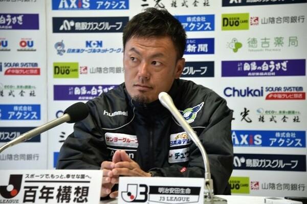 就任2年目の森岡隆三監督。昨シーズンはハードな移動に苦しみ最下位に甘んじた