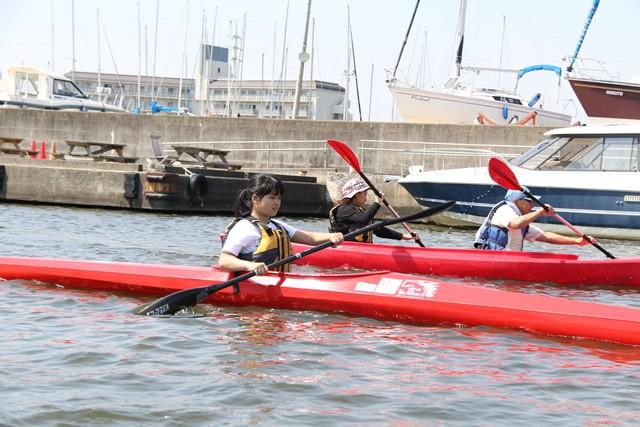 茨城県の霞ヶ浦にできた「パラカヌー」の新拠点。健常者、障害者関係なくカヌー仲間が集まる未来を描いてつくられた。写真手前はパラカヌーの競技艇を乗りこなす、中学3年生の増田汐里さん