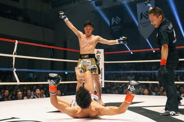 WKBA世界スーパーバンタム級王者の王者が小笠原に大逆転の一撃を食らわし、KO勝利を飾った