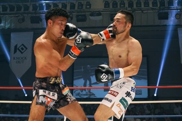 """キックボクシング初参戦の菊野(右)は、""""ムエタイゴリラ""""T-98の牙城を崩せず判定負け"""