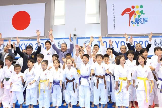 2016年8月、東京五輪への追加が決まり歓喜する関係者たち