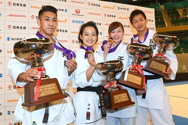 2016年12月全日本選手権。ポーズを取る(左から)喜友名、清水、植草、荒賀