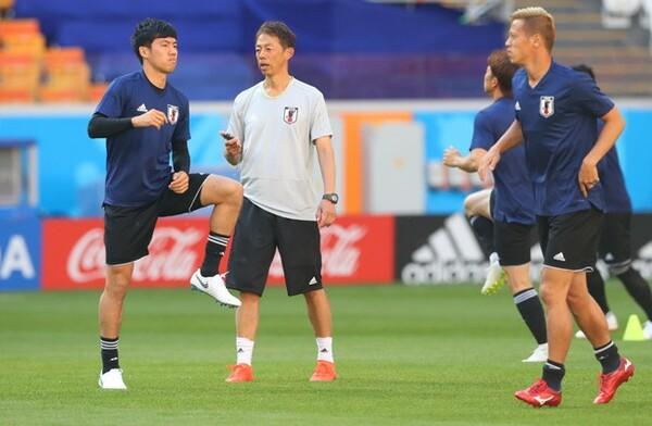 早川直樹コンディショニングコーチ(中央)の指示を受ける遠藤(左)