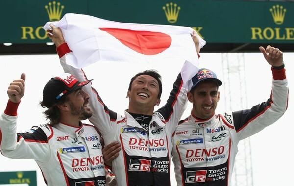 ル・マン24時間レースを初制覇したトヨタ8号車のアロンソ、中嶋、ブエミ(左から)