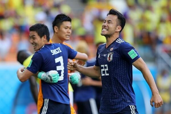 「浮足立たずに次に向けていい準備をしたい」と試合後に冷静なコメントを見せた吉田(右)