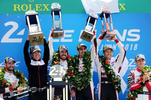 悲願のル・マン初優勝を果たし、トロフィーを掲げるトヨタ8号車のドライバー
